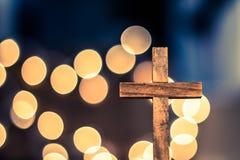 Croix en bois et lumières Defocused Photographie stock