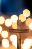 Croix en bois et lumières Defocused Images libres de droits