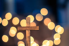 Croix en bois et lumières Defocused Image libre de droits