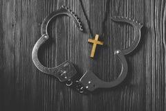 Croix en bois simple et désenchaîner des menottes photos libres de droits