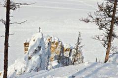 Croix en bois sur la roche située sur la berge Photo libre de droits