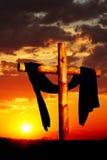 Croix en bois sur le coucher du soleil Photographie stock