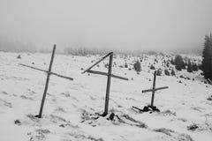 Croix en bois sur un vieux cimetière Photos libres de droits