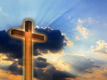 Croix en incendie sur le ciel Images libres de droits