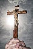 Croix en mains et ciel foncé Image libre de droits