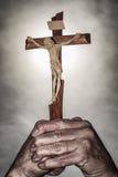 Croix en mains et ciel foncé Photo libre de droits