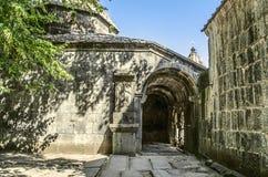 Croix en pierre à l'entrée dans le dépôt de livre du monastère de Sanahin Photo stock