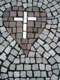 Croix en pierre à l'intérieur de coeur Photo stock