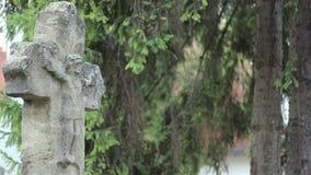 Croix en pierre antique avec le Christ dessus banque de vidéos