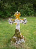 Croix en pierre antique dans le cimetière Image libre de droits
