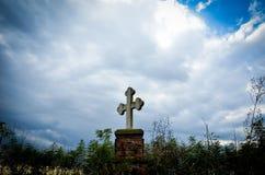 Croix en pierre avec dramatique bleu Photo stock
