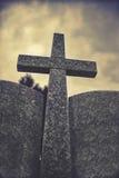 Croix en pierre contre le ciel nuageux dramatique, effet de vintage Image libre de droits