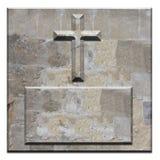 Croix en pierre découpée sur le panneau conique de grand dos Photo stock