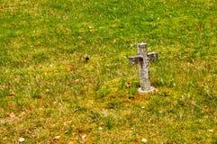 Croix en pierre sur l'herbe Images stock