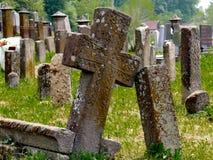 Croix en pierre sur le cimetière Image stock