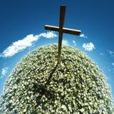 Croix entourée par des fleurs photos libres de droits