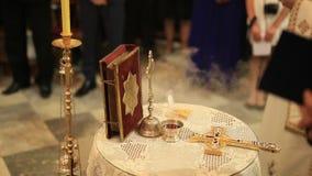 Croix et bible sur la table dans l'église orthodoxe clips vidéos
