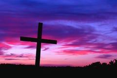 Croix et coucher du soleil silhouettés Photo libre de droits