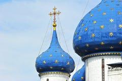 Croix et couples à la cathédrale de Kremlin Images stock