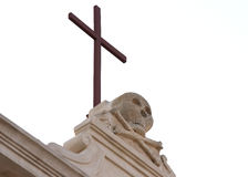 Croix et crâne sur l'église dans Gallipoli, Italie Photo libre de droits