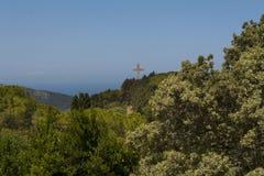 Croix et la plate-forme d'observation sur les filerimos de bâti, Grèce, Rhodes Photo libre de droits