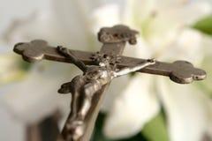 Croix et lis de Pâques image stock
