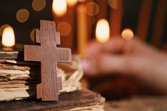 Croix et livres en bois Images libres de droits
