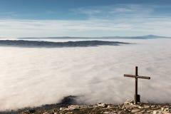 Croix et mer de brouillard Image libre de droits
