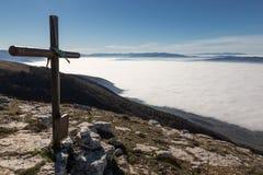 Croix et mer de brouillard Photographie stock libre de droits