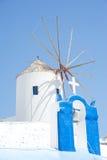 Croix et moulin à vent côte à côte. photographie stock