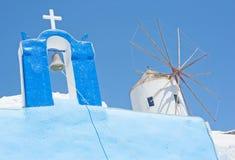 Croix et moulin à vent en Grèce. image stock
