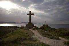 Croix et phare la nuit Image stock