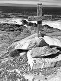 Croix et pi?ces de monnaie en bois chez Malin Head Donegal Ireland photographie stock