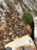 Croix et pi?ces de monnaie en bois chez Malin Head Donegal Ireland image stock