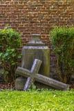 Croix et tombe gothiques dans le cimetière à l'église de Saint-Hubert, Aubel images stock