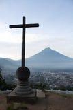 Croix et volcan au-dessus de vallée de l'Antigua Guatemala Photographie stock