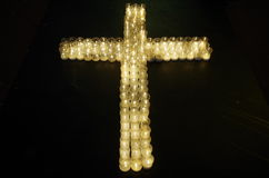Croix faite avec des bougies Images libres de droits