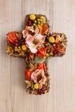 Croix faite de fleurs artificielles et plantes d'automne Images libres de droits