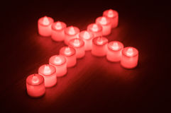 Croix faite par les bougies menées images libres de droits
