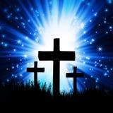 Croix foncée contre un bleu Photo stock