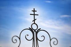 Croix forgée sur la porte, plan rapproché Images stock