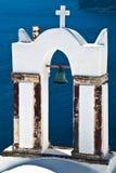 Croix grecque et Bell avec la caldeira dans Santorini Photo libre de droits