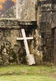 Croix isolée contre le mur photographie stock