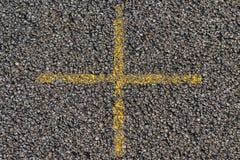 Croix jaune sur l'asphalte Image libre de droits