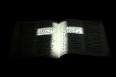 Croix légère sur la bible obscurcie Photo libre de droits