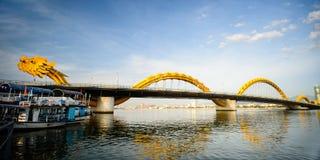 Croix le fleuve Han de pont de dragon à la ville de Danang Image stock