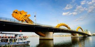 Croix le fleuve Han de pont de dragon à la ville de Danang Photo stock