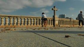 Croix le symbole de ville d'océan banque de vidéos
