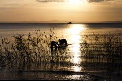 Croix-lumière des personnes dans le lac image stock