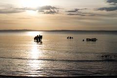 Croix-lumière des personnes dans le lac nicaragua image libre de droits